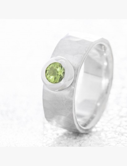 Geschmiedeter Ring mit Peridot