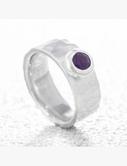 Geschmiedeter Ring mit Amethyst