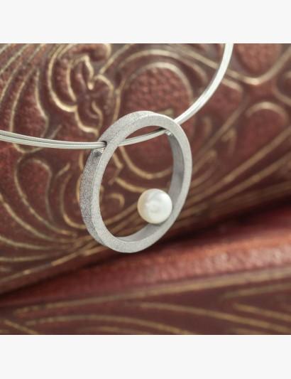 mattierter Anhänger mit Perle