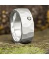 Stark geschmiedeter Ring mit schwarzem Brillant