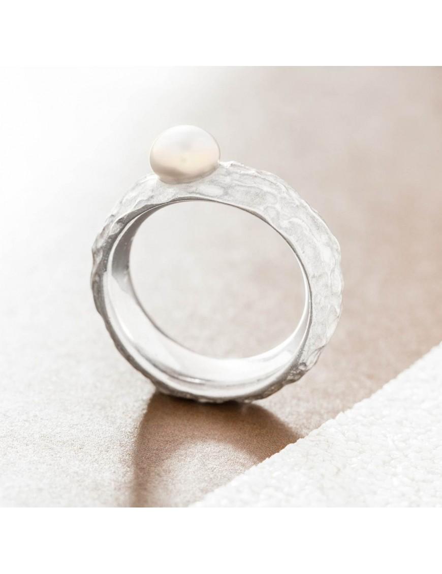 Ring mit außergewöhnlicher Struktur und Perle