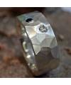 Geschmiedeter Ring mit 2 Brillanten in schwarz und weiß