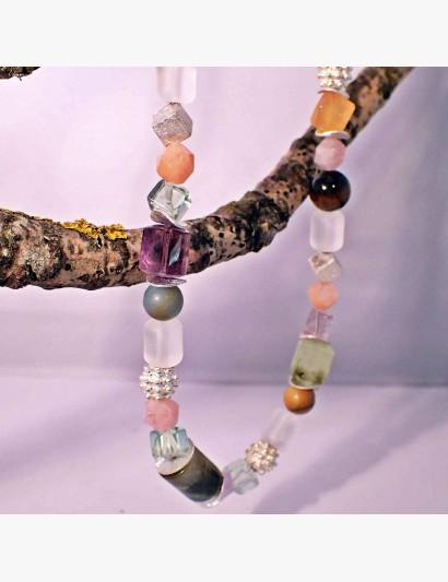 Mehrfarbige Kette mit diversen, pastellfarbenen Edelsteinen