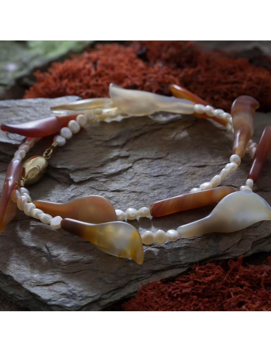 Perlenkette mit Karneol-Blüten