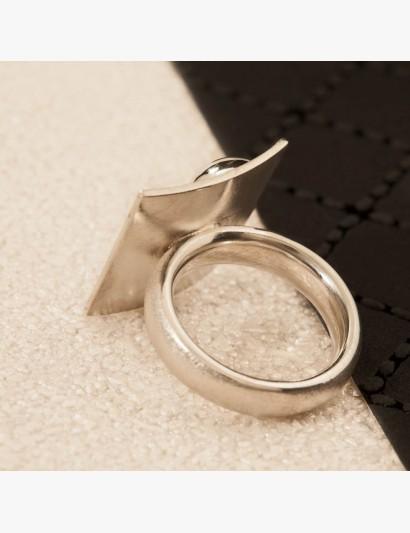 Ring mit strukturiertem, quadratischen Aufsatz