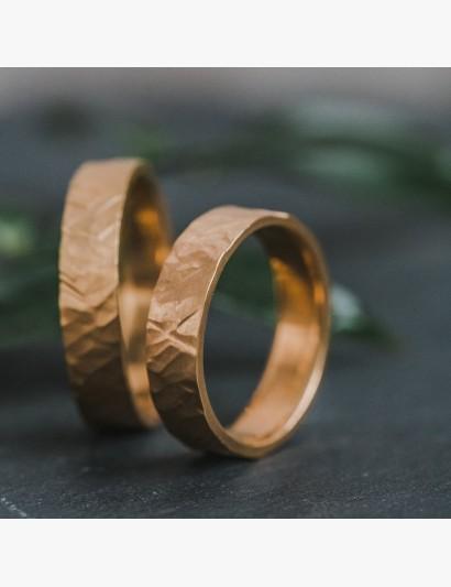 Trau-Ringe aus Gelbgold mit Höhen und Tiefen