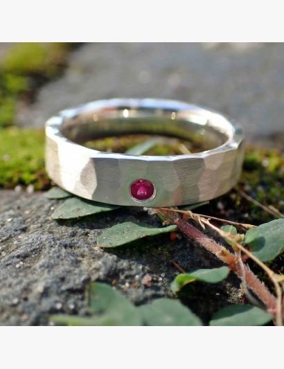 Geschmiedeter Ring mit Rubin