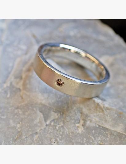 Schlichter Ring mit cognacfarbenem Brillant