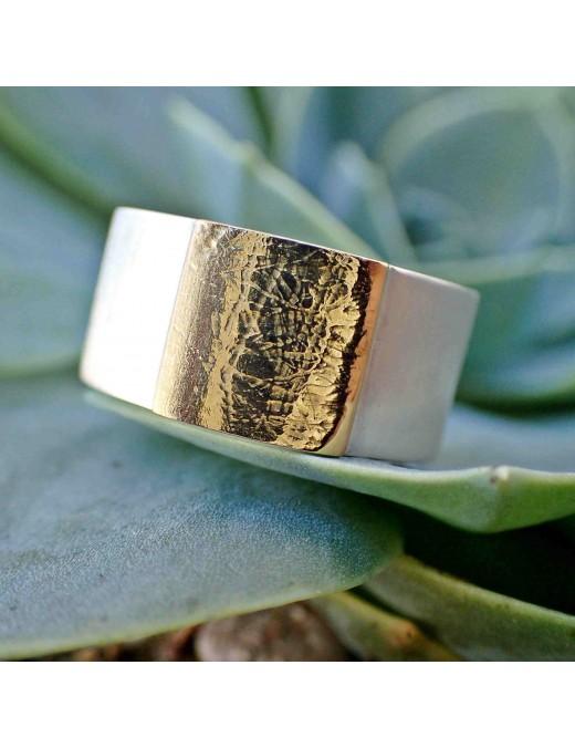 Ring mit strukturiertem Aufsatz