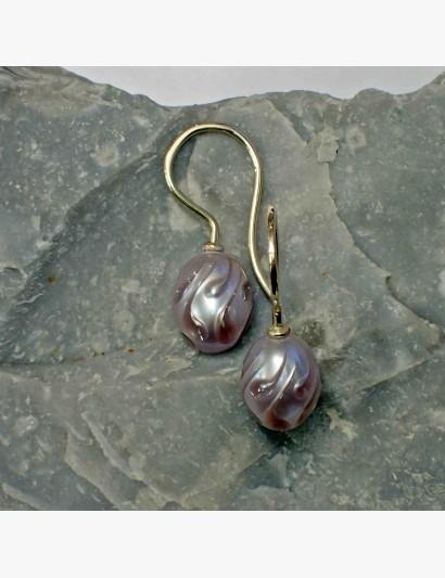 Perlohrringe mit gravierter Perle in rosa