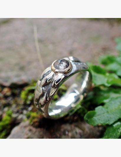 Flux ... Der Ring mit Kleks - Beispielbild mit Diamantrose in Gelbgoldfassung