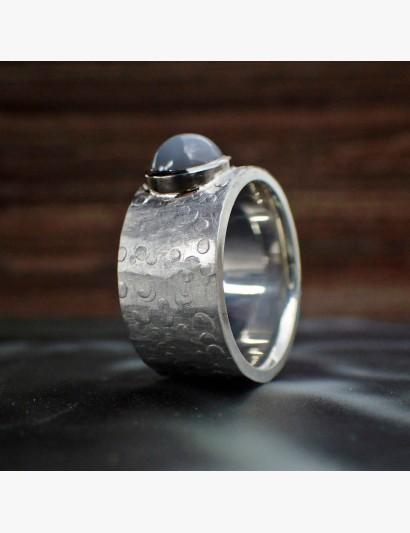 Hammerschlag mal anders - schimmernder Mondstein auf Silber