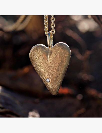 Symbolhafte Liebe - Ein herziger Anhänger mit Diamant
