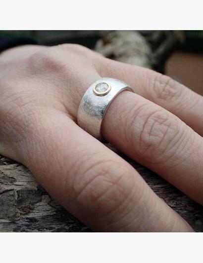 Tragefoto: kräftiger Ring mit weißer Diamantrose gefasst in Gelbgold