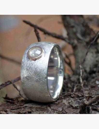 kräftiger Ring mit weißer Diamantrose gefasst in Gelbgold