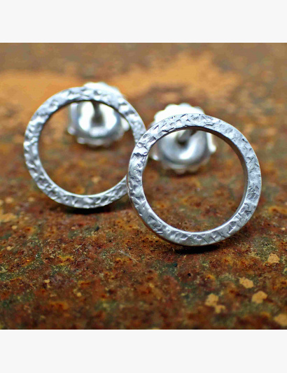 Kringel-Ohrringe mit Ecken & Kanten geschmiedet