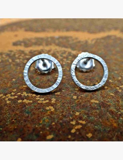 Kringel-Ohrringe Unterschied mit Rillen geschmiedet und mit Ecken & Kanten geschmiedet