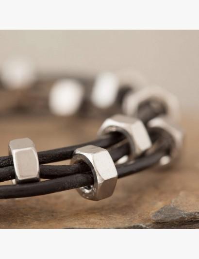 Armband mit Edelstahlmuttern abwechselnd auf das Leder gezogen