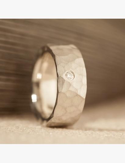 Geschmiedeter Ring mit Brillant