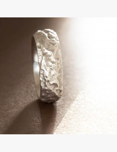 Ring mit außergewöhnlicher Struktur