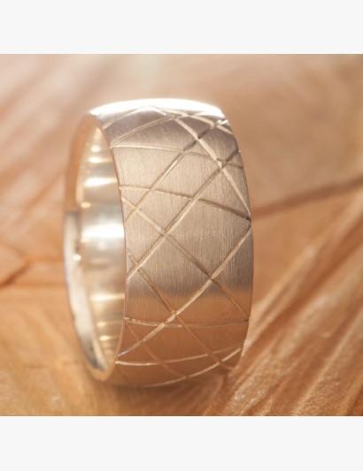 Ring mit Ziersägeschnitten