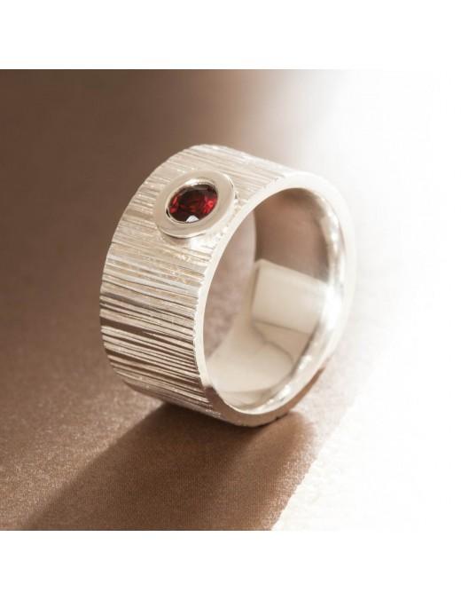 Geschmiedeter Ring mit Granat