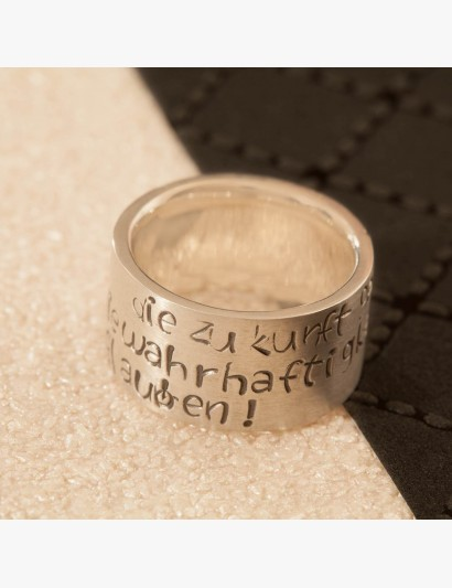 Ring mit gestempeltem Spruch