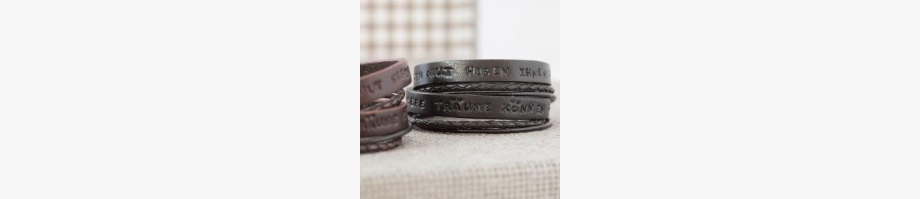 Armbänder - ein Sinnbild für eine Bindung oder Verpflichtung.